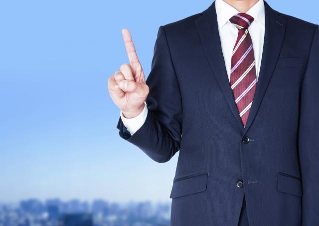 ビジネスマンがポイントジェスチャーをしている画像